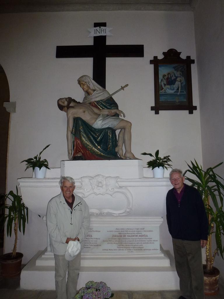 Oltar v spomin zdravniku Valentinu Meršolju, pred njim taboriščnika Nejko in Marjan